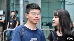 香港眾志秘書長黃之鋒與常委周庭聲援示威者佔領警察總部出入口的馬路。(美國之音湯惠芸)