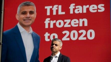 Kandidat Walikota London dari Partai Pekerja, Shadiq Khan, memberikan keterangan kepada media saat berkampanye di distrik bisnis, Camary Wharf, London (4/5).