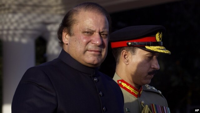 Newly elected Prime Minister of Pakistan Nawaz Sharif, left, arrives at the Prime Minister''s house to review guards of honor in Islamabad, Pakistan, June 5, 2013.