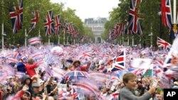 Dân chúng reo hò, phất cờ trong lúc Nữ hoàng Elizabeth xuất hiện trên bao lơn cung điện Buckingham