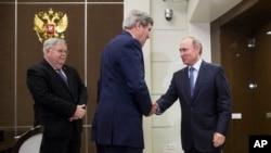 Američki državni sekretar Džon Keri i ruski predsednik Vladimir Putin rukuju se uoči razgovora u Sočiju