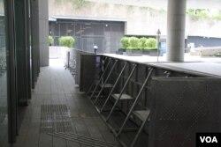 香港立法会外面的金属防护墙 (美国之音记者申华拍摄)