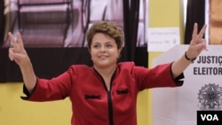Dilma Rousseff, la candidata presidencial oficialista votó en la ciudad de Porto Alegre, tras lo cual saludó a sus partidarios.
