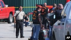 Pihak berwenang menyelidiki penembakan di lapangan parkir di restoran Twin Peaks di Waco, Texas (17/5). (AP/Jerry Larson)