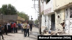 Stunned residents of Cizre in southeastern Turkey take stock of their battle-scarred town after a weeklong curfew was lifted, Sept. 12, 2015. (Credit: Mahmut Bozarslan/VOA)