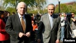 Senator Chuck Schumer (kanan) dan Senator John McCain, setelah bertemu Presiden Barack Obama untuk membahas rancangan undang-undang reformasi imigrasi (16/4).
