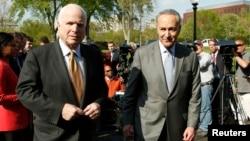 El senador republicano John McCain y el demócrata Chuck Schumer, se reunieron con el presidente Obama y le entregaron el proyecto de ley para la reforma migratoria.