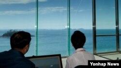 박근혜 한국 대통령이 지난 6월 한국 국방과학연구소 안흥시험장에서 한국 군이 개발 완료한 사거리 500㎞ 이상의 탄도미사일 발사 모습을 지켜보고 있다. (자료사진)