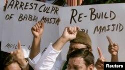 فائل: بھارتی مسلمان نئی دہلی میں مسجد کی دوبارہ تعمیر کے حق میں مظاہرہ کرتے ہوئے