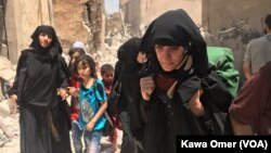 موصل کے قدیم حصے کے لوگ پناہ گزین کمیپ کی طرف جا رہے ہیں۔ جولائی 2017