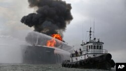 Một tàu cứu hỏa dập tắt đám cháy trên tàu chở dầu Burgos, ngày 24 tháng 9 năm 2016.