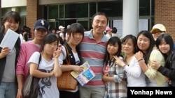 탈북 청소년을 위한 대안학교인 '셋넷학교'를 세운 박상영 대표(가운데)가 학생들과 사진을 찍고 있다. (자료사진)