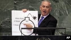 Qo'liga chizma ko'tarib olgan Netanyaxu BMT Bosh Assambleyasida so'zlar ekan, bot-bot gulduros qarsaklar yangradi.