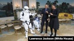 Le président Barack Obama et la Première dame Michelle Obama danse avec un stormrooper et R2-D2 de Star Wars dans la salle de réception diplomatique de la Maison Blanche,18 décembre 2015.