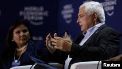 El presidente panameño, Ricardo Martinelli, habla duran el Foro Económico Mundial sobre América Latina. A su izquierda, Marisol Argueta, directora del Foro.