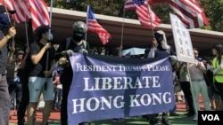 屯門公園再光復遊行人士拉起橫額,呼籲美國總統特朗普解放香港,並且高舉美國國旗。(資料圖片 : 2019年10月)