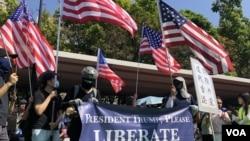 屯门公园再光复游行人士拉起横额,呼吁美国总统特朗普解放香港,并且高举美国国旗。 (2019年9月21日)