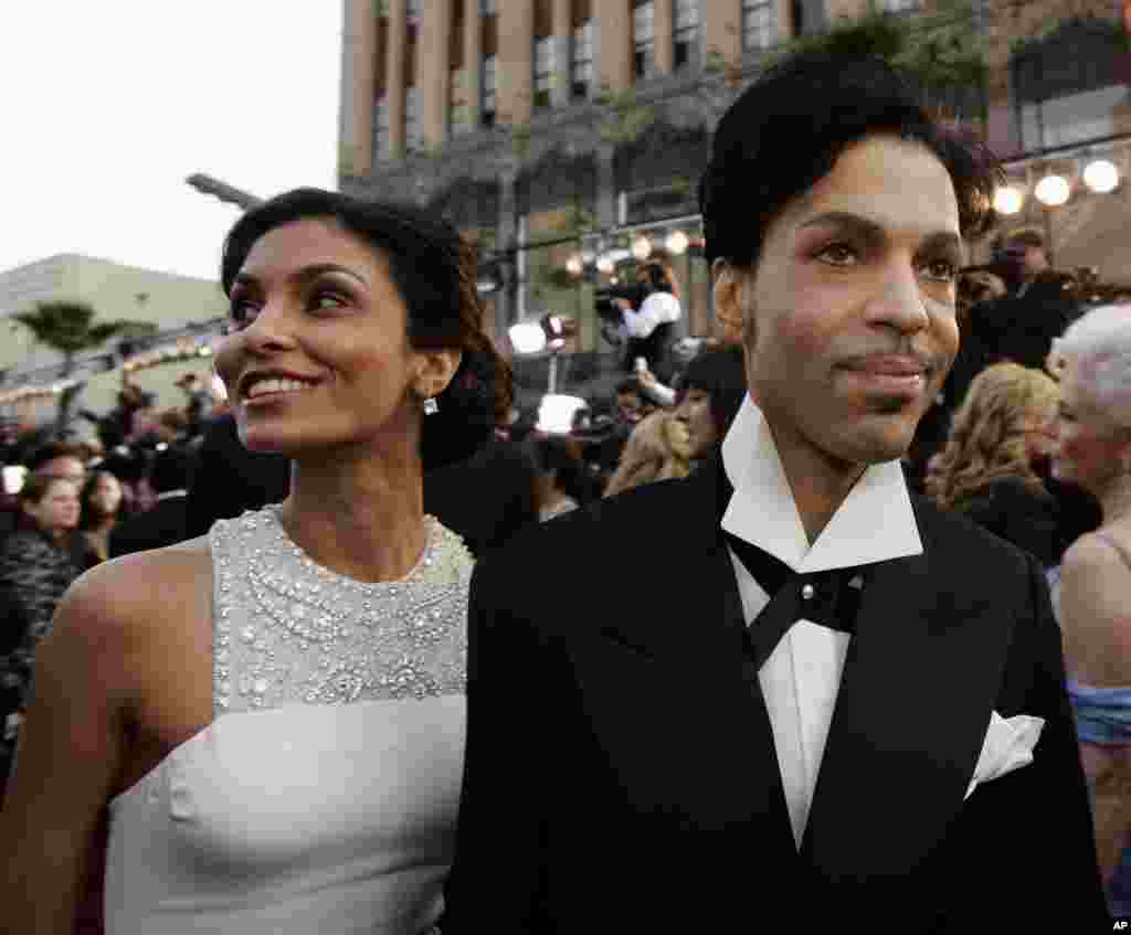 Singer Prince arrives with his wife Manuela Testolini for the 77th Academy Awards, Feb. 27, 2005, in Los Angeles.