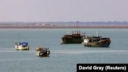 Kapal-kapal nelayan ilegal yang disita berlabuh di lepas pantai utara Kota Darwin, di utara Australia, 11 Mei 2005. (Foto: David Gray/Reuters/arsip)