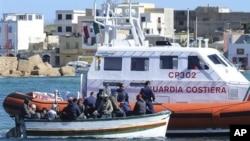 圖為一艘意大利海岸警衛隊的船隻去年3月2日靠近一艘難民船資料照。