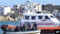 图为一艘意大利海岸警卫队的船只去年3月2日靠近一艘难民船资料照