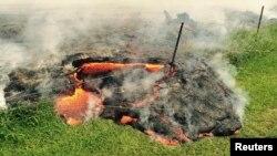 La coulée de lave du volcan Kilauea, sur le point d'engouffrer le cimetière de Pahoa à Hawaii (Photo USGS)