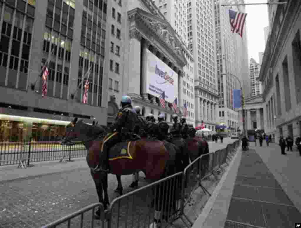 Полицијата се подготвува за соочување со демонстрантите. (AP Photo/Richard Drew)