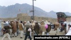 حکومتی اپیل پر کارروائی کی غیر اعلانیہ حمایت کے سلسلے میں شمالی وزیرستان کے زیاد ہ تر علاقوں سے لوگوں نے نقل مکانی شروع کی۔ (فائل فوٹو)