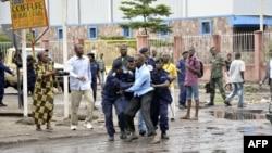La police arrête un dirigeant catholique près de l'église St Joseph, Kinshasa, 16 février 2012.