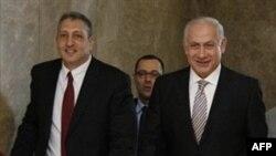 Thủ tướng Israel Benjamin Netanyahu, phải, tới dự cuộc họp nội các về việc thành lập ủy ban điều tra về vụ đột kích tàu chở hàng cứu trợ