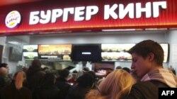 Dans la file d'attente lors de la journée d'ouverture du premier Burger King à Moscou, le 21 janvier 2010.