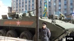 5月7日紅場閱兵前夕彩排時停在莫斯科街頭的新式戰車(美國之音白樺拍攝)