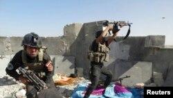 Binh sĩ thuộc Lực lượng Hành quân Đặc biệt của Iraq đang chiến đấu với các phần tử nổi dậy trong thành phố Ramadi