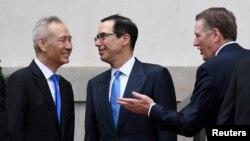 지난 5월 고위급 무역협상을 위해 워싱턴을 방문한 류허 중국 부총리(왼쪽)가 스티븐 므누신 미 재무장관(가운데)과 로버트 라이트하이저 무역대표부(USTR) 대표를 만나 인사하고 있다.