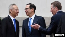 Wakil PM China Liu He (kiri) bersama Menkeu AS Steven Mnuchin dan Perwakilan Dagang AS Robert Lighthizer dalam perundingan di Washington DC (foto: dok).