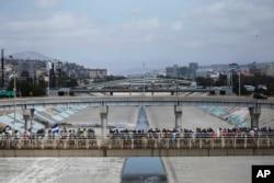 Centroamericanos que viajan con una caravana de migrantes camina hacia la frontera en Tijuana, México, para pedir asilo en EE.UU. Abril 29, de 2018.