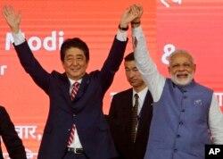 인도를 방문한 아베 신조 일본 총리(왼쪽)와 14일 아메다바드에서 열린 고속철도 기공식에 참석해 나렌드라 모디 인도 총리와 손을 맞잡고 있다.