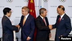 国际奥委会何主席巴赫(左起第二人)和副主席祝贺北京市长王安顺(左)和中国奥委会主席刘鹏(右)(2015年7月31日)