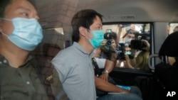 香港警方一再拘捕民主派人士。包括议员许智峰(右)等人先后被警察逮捕。(2020年8月16日)