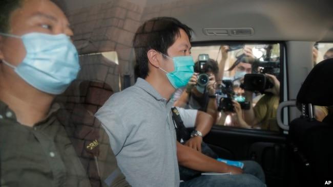香港民主派议员许智峰(右)被警察逮捕。(2020年8月16日)