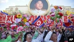 지난 10월 북한 평양에서 열린 노동당 창건 70주년 기념식에서 북한 주민들이 김일성 주석 사진을 배경으로 환호하고 있다. (자료사진)
