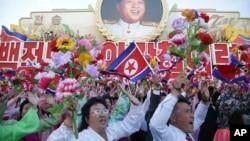 지난 10월 평양에서 열린 북한 노동당 창건 70주년 기념식에서 북한 주민들이 김일성 주석 사진을 배경으로 환호하고 있다. (자료사진)