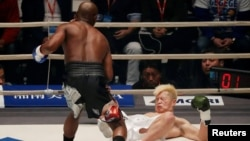 Floyd Mayweather fi Tenshin Nasukawa - Saitama Super Arena, Tokyo, Japan - Muddee 31, 2018 Floyiditti gurbaa Jappaan ka dorgommi martial art fi kickboxing beekan,Tenshin Nasukawa akkana qaarise