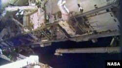 2013年12月21日宇航员里克·马斯特拉基奥在周六国际空间站外太空行走