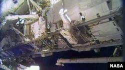 Astronaut Rik Mastračio u svemirskoj šetnji