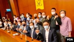 """19名香港民主派立法会议员11月9日宣布,中国人大常委会通过有关DQ民主派议员的决定,他们会""""义无反顾""""集体总辞。 15名民主派议员11月12日递交辞职信。 (美国之音/汤惠芸)"""