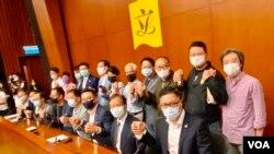 """19名香港民主派立法會議員11月9日宣布,中國人大常委會通過有關DQ民主派議員的決定,他們會""""義無反顧""""集體總辭。15名民主派議員11月12日遞交辭職信。(美國之音湯惠芸)"""