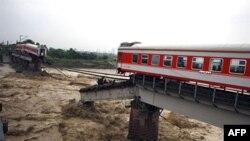 Hai đầu của một chuyến tàu vẫn còn trên chiếc cầu sau khi hành khách đã được sơ tán gần Quảng Hán trong tỉnh Tứ Xuyên, ngày 19/9/2010