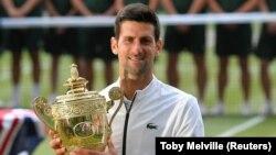 Novak Đoković sa vimbldonskim peharom posle istorijskog meča sa Švajcarcem Rodžerom Federerom (Foto: Reuters/Toby Melville)
