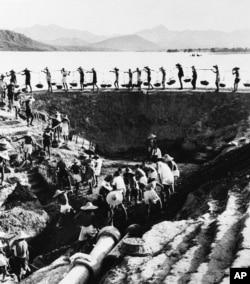 历史照片:河南省卫星人民公社的农民在水库集体劳动。(1959年9月17日)